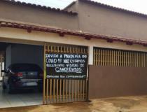 Comerciante coloca faixa na porta de casa avisando que não receberá candidatos em casa por causa da Covid-19, em Itapaci