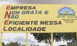 Revoltada com constante falta de energia, Prefeitura de Chapadão do Céu coloca placa na entrada da cidade para reclamar da Enel
