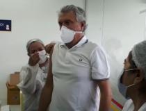 Ronaldo Caiado recebe primeira dose de vacina contra a Covid-19