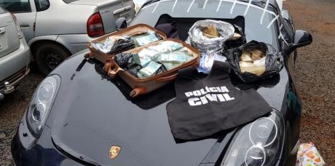Vídeo mostra quando policiais acham malas com R$ 1,3 milhão dentro de Porshe apreendido