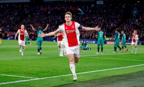 Cristiano Ronaldo faz pedido a De Ligt dentro de campo, e zagueiro do Ajax fica surpreso