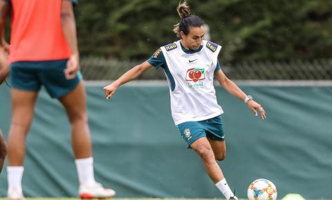 Boa notícia! Marta treina com grupo e aumenta chances de jogar contra a Austrália