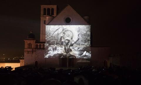 Exposição de Sebastião Salgado em basílica italiana alerta sobre ameaças à Amazônia