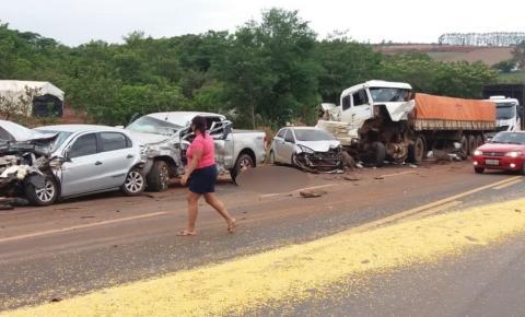 Acidente com nove veículos mata dois homens, deixa feridos e bloqueia a GO-174