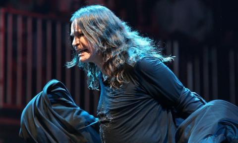 Ozzy Osbourne está respirando sem ajuda de aparelhos após internação, diz mulher do cantor
