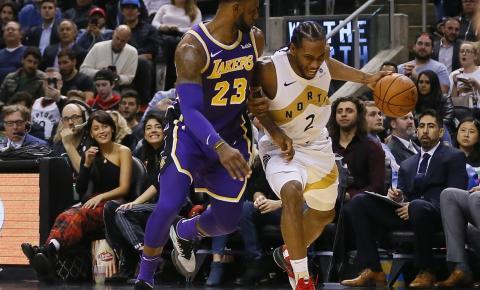 Kawhi Leonard leva a melhor contra LeBron James, e Raptors vencem os Lakers