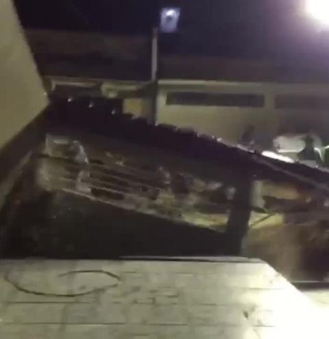 Muro de casa é 'engolido' por cratera em vídeo impressionante feito por moradores