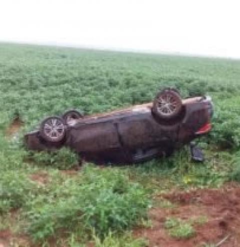 Veículo sofre aquaplanagem na BR 060 e capota com três adultos e um bebê